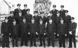 Die Einsatzabteilung im Festjahr 1974 vor der Erlenbachhalle